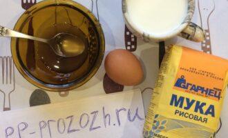 Шаг 1: Подготовьте ингредиенты: рисовую муку, молоко, яйцо, мёд и соду.