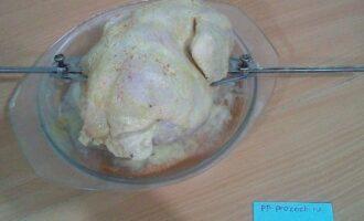 Шаг 4: Наденьте курицу на вертел, крылышки и ножки курицы хорошо закрепите кулинарной нитью. Запекайте 1,5 часа при температуре 200 градусов.