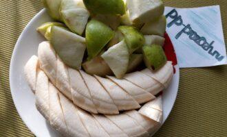 Шаг 2: Вымойте и подготовьте яблоки и бананы. Нарежьте кусочками (размер кусочка зависит от мощности блендера). Чем слабее блендер, тем мельче нарезайте.