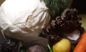 Шаг 1: Подготовьте продукты: капусту, морковь, огурец, половинку свеклы, листья салата и шпината, укроп, соль, перец, сок лимона.