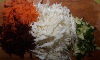 Шаг 5: Соедините овощи и зелень в салатнике. Хорошо перемешайте, добавьте еще немного соли и перца, если необходимо. Сбрызните соком лимона по вкусу и добавьте немного оливкового масла. Я добавляю 1 столовую ложку.