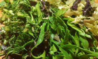 Шаг 2: Вымойте и просушите зелень, листья салата и шпината от воды, нарежьте.