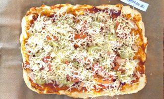 Шаг 9: Посыпьте пиццу натертым сыром и отправьте в духовку еще на 5 минут.