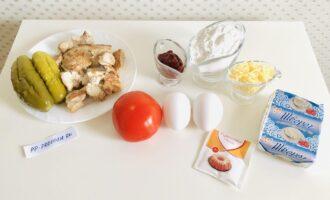Шаг 1: Подготовьте необходимые ингредиенты: творог, рисовую муку, яйца, соль, разрыхлитель, отварное или поджаренное без масла мясо птицы, помидор, маринованный огурец, томатную пасту и сыр.
