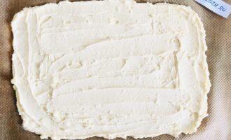 Шаг 3: Выложите тесто на противень, застеленный пергаментной бумагой. Распределите ложкой.