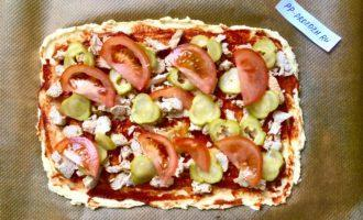Шаг 8: Выложите слоями мясо, маринованный огурец и помидор. Поставьте пиццу в заранее разогретую до 200 градусов духовку на 10 минут.