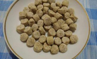 Шаг 5: На блюдце высыпьте немного отрубей. В нашем рецепте отруби пшеничные, вы можете взять любые на ваш вкус.