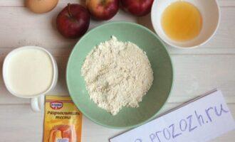 Шаг 1: Подготовьте яблоки, овсяную муку, яйцо, кефир, разрыхлитель и мёд.
