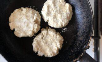 Шаг 5: Обжарьте на сковороде с двух сторон до румяной корочки.
