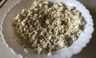 Шаг 2: В творог добавьте овсяную муку, сахарозаменитель и соль, тщательно размешайте в глубокой посуде.