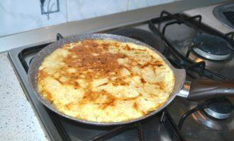 Шаг 4: Вылейте тесто на сковороду, убавьте огонь и подождите, когда блин схватится. Переверните, дайте подрумяниться.