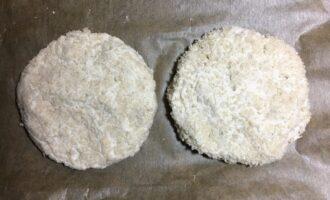 Шаг 4: Застелите противень пергаментной бумагой для выпекания и поставьте в заранее разогретую до 200 С духовку.