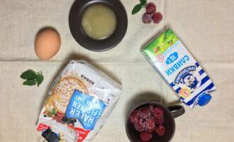 Шаг 1: Приготовьте яйцо, ягоды, молоко, хлопья овсяные, мед.