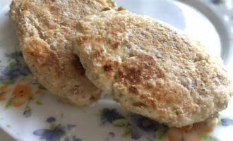 Шаг 5: Запекайте сырники до овсяной корочки с каждой стороны по 10 минут. Выложите на тарелку и подавайте с нежирным йогуртом.
