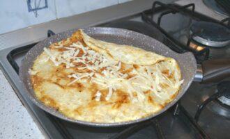 Шаг 5: Высыпьте оставшуюся половину сыра на овсяноблин и аккуратно, с помощью лопатки, скрутите.