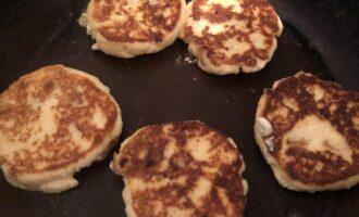 Шаг 7: Обжарьте сырники с обеих сторон под закрытой крышкой, уменьшив огонь. Сырники получатся более мягкими, если их оставить немного потомиться под крышкой на сковороде.