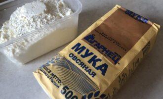 Шаг 1: Подготовьте овсяную муку, сахарозаменитель и творог.