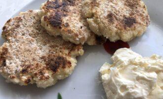 Шаг 6: Готово! Сырники очень вкусные в сочетании с греческим йогуртом и протёртыми ягодами. Можно добавлять варенье без сахара или мёд.