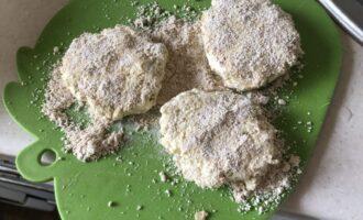 Шаг 3: Влажной ладонью сформируйте сырники, обваляйте в овсяной муке.