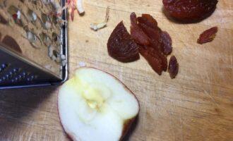 Шаг 3: Яблоко протрите на крупной терке, курагу измельчите ножом. Я брала яблоко сорта апорт.