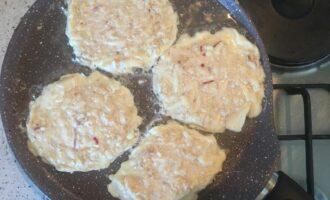 Шаг 5: Тесто для овсяноблина получилось гораздо гуще, поэтому выкладывайте на сковороду в форме оладий, а не цельным блином.
