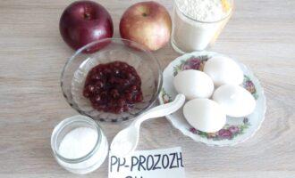 Шаг 1: Подготовьте ингредиенты: муку, яйца, яблоки, разрыхлитель, сахарозаменитель, клубничное варенье без сахара. Варенье, по желанию, можете заменить изюмом, курагой, черносливом и пр.