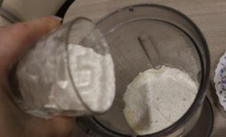 Шаг 4: В яично-сахарную смесь добавьте просеянную муку и взбейте массу до образования пышной пены.