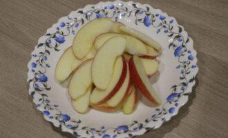 Шаг 6: Обработанные яблоки нарежьте дольками.