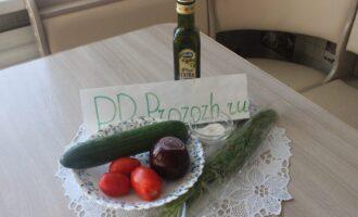 Шаг 1: Подготовьте ингредиенты: свежий огурец, свежий помидор, красный репчатый лук, свежий укроп и оливковое масло.