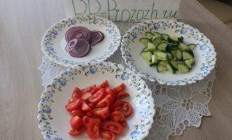Шаг 2: Обработанные и вымытые овощи нарежьте ломтиками, красный репчатый лук - тонкими кольцами.