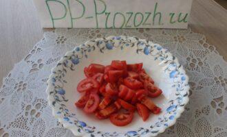 Шаг 3: Нарезанные дольками помидоры выложите на мелкую столовую тарелку.