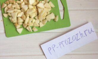Шаг 2: Помойте яблоки, снимите с них кожуру, достаньте сердцевину и мелко порежьте.