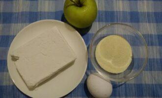 Шаг 1: Для приготовления сырников с яблоками подготовьте следующие ингредиенты: творог, яблоко, яйцо, манку.