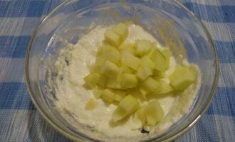 Шаг 4: Пока манка разбухает, подготовьте яблоко. Половину фрукта почистите и нарежьте мелкими кубиками - так вкус яблока будет более насыщенный. На ваш вкус можно яблоко натереть на крупной терке или размельчить в блендере, но тогда яблочный вкус будет ощущаться не столь ярко. Нарезанное яблоко добавьте в сырники, перемешайте.
