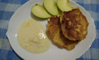Шаг 8: Готовые сырники выложите на тарелку, украсьте ломтиками свежего яблока. Подавайте с апельсиновым йогуртом.