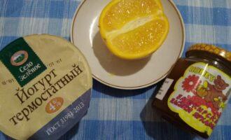 Шаг 1: Подготовьте мед, половину апельсина и йогурт.