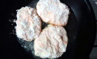 Шаг 10: Положите сырники на предварительно разогретую сковороду. Если у вас посуда с покрытием, можно жарить сырники без масла.