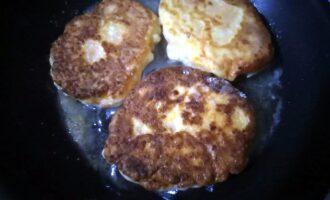 Шаг 11: Обжарьте сырники до золотистой корочки с обеих сторон.
