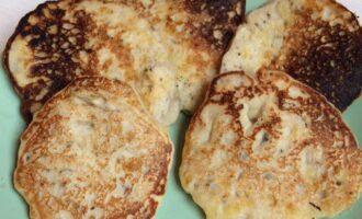 Шаг 5: Выложите оладьи на тарелку и подавайте горячими.