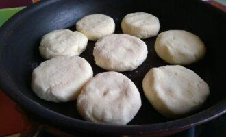 Шаг 10: Выложьте сырники на предварительно разогретую сковороду.
