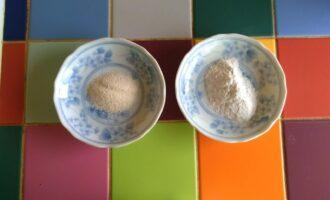 Шаг 4: Подготовьте по 1 ст.л. манной крупы и рисовой муки.