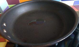 Шаг 8: Налейте немного масла на сковороду.