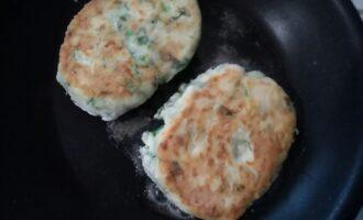Шаг 10: Переверните сырники и обжаривайте до золотистой корочки.