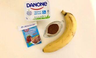 Шаг 1: Подготовьте следующие ингредиенты: мягкий обезжиренный творог, банан, желатин и кокосовый сахар (или любой подсластитель).