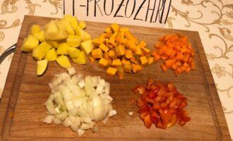 Шаг 2: Картофель и тыкву нарежьте на небольшие кубики, морковь и перец на маленькие, а лук ещё меньше.