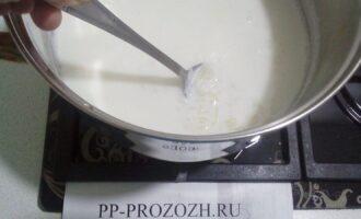 Шаг 3: Засыпьте рис в кипящее молоко, добавьте мед.  Варите на слабом огне 20 минут, периодически помешивая.