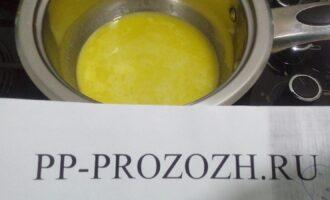 Шаг 3: В растопленное масло добавьте прессованный чеснок.
