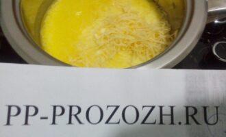 Шаг 4: Добавьте молоко  и тертый сыр. Томите на маленьком огне 7 минут. Посолите по вкусу.