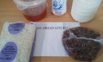 Шаг 1: Подготовьте ингредиенты: молоко обезжиренное, мед, изюм, рис.