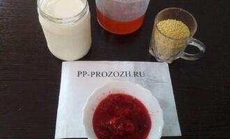 Шаг 1: Подготовьте ингредиенты: пшено, обезжиренное молоко, мед, клубнику.
